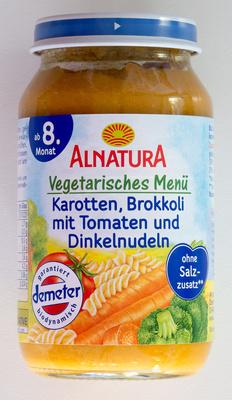 Vegetarisches Menu Karotten, Brokkoli mit Tomaten und Dinkelnudeln